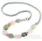Assortert Scrub Rose Quartz og Green Rutilated Quartz halskjede med Gray Cord