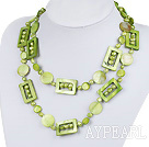 perle verte et collier de coquillages