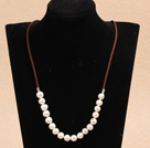 Simple de conception Collier White Pearl Vis d'eau douce avec cordon Brown
