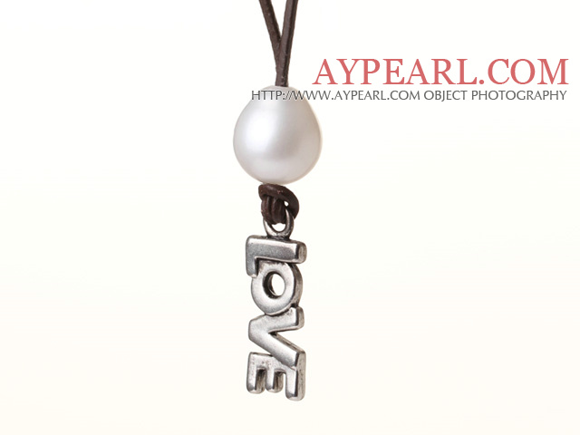 Simple Design White Freshwater Pearl Leather Necklace with Alloyed Love Letter Pendant