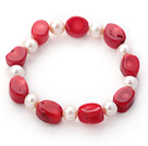 Enkelt Strand Oval Shape Red Coral og Round hvit ferskvannsperle Stretch Bangle Bracelet