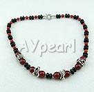 svart och röd agat halsband